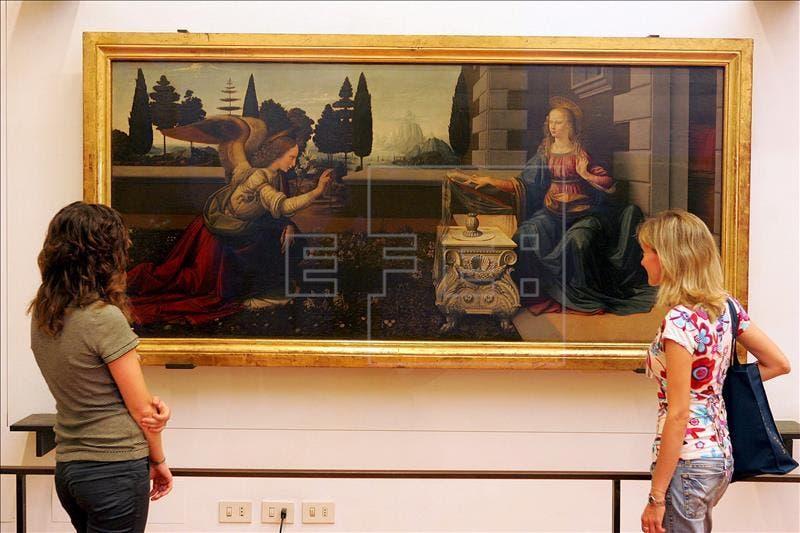 """Dos jóvenes contemplan """"La Anunciación"""" de Leonardo da Vinci, en la Galería de los Uffizi de Florencia. Este es uno de los siete museos cuya dirección se ha renovado, siendo el alemán Eike Schmidt quien estará ahora al cargo. EFE/Archivo"""
