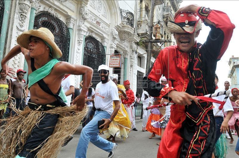 Varios bailarines participan un Encuentro Internacional de la Rumba en La Habana, Cuba. EFE/Archivo