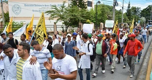 Estudiantes de la Facultad de Medicina de la Universidad Autónoma de Santo Domingo (UASD), extensión San Francisco de Macorís, iniciaron hoy  un viacrucis hacia Santo Domingo, fuente externa
