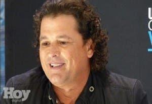 Carlos Vives subastará guitarra decorada con 50.000 cristales Swarovski