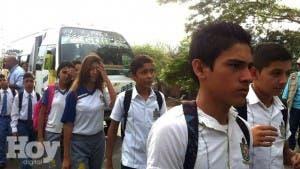 Venezuela abre frontera con Colombia a estudiantes a la espera de cancilleres