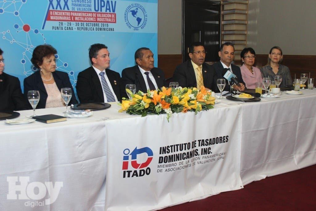 Rafael Urbáez, presidente de Itado, el ingeniero José Alberto Beras, presidente del congreso, y la Junta Directiva del ITADO.