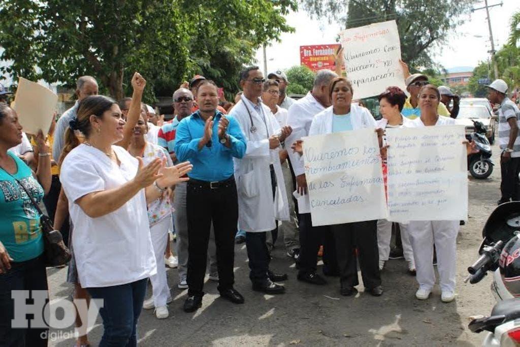 Con pancartas en manos médicos de Bonao piden construcción de un  nuevo hospital