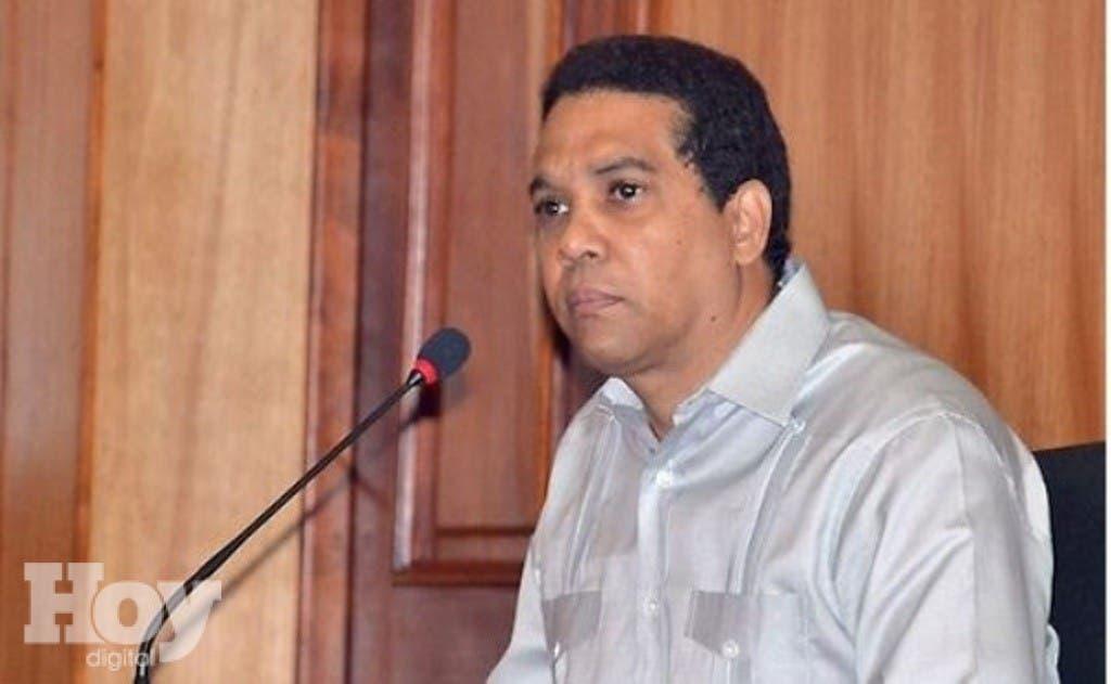 El Ministerio de Salud Pública levantó hoy  la suspensión que pesaba contra el doctor Edgar Contreras para el ejercicio de la cirugía plástica en la República Dominicana