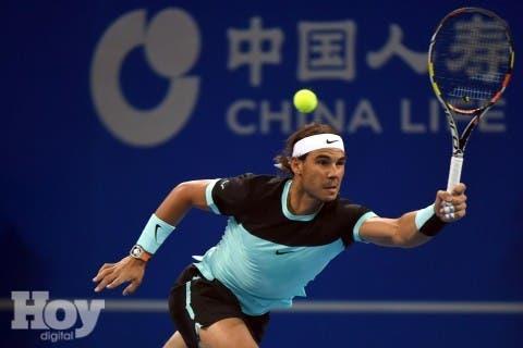 Rafael Nadal de España realiza un retorno contra Vasek Pospisil de Canadá durante el segundo round del partido de hombres en el torneo del Abierto de tenis de China en Beijing en Octubre 7, 2015. AFP PHOTO / GOH CHAI HIN