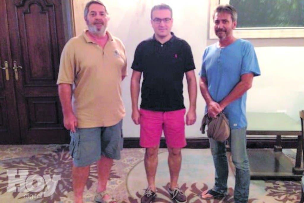 El diputado Aymeric Chauprade, al centro, con los pilotos Pascal Fauret y Bruno Odos, en un lugar de Santo Domingo. La foto está colgada en la cuenta de Twitter del legislador francés .