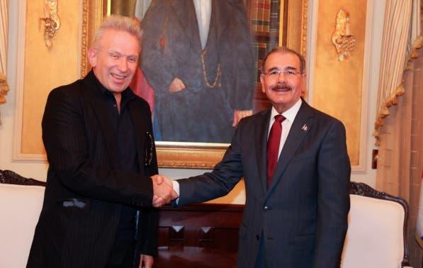 Danilo Medina recibe visita del diseñador de modas Jean Paul Gaultier