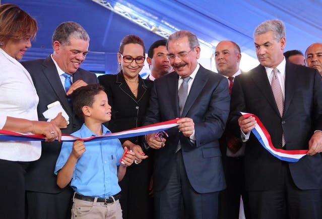 Danilo Medina inaugura dos escuelas en Santiago