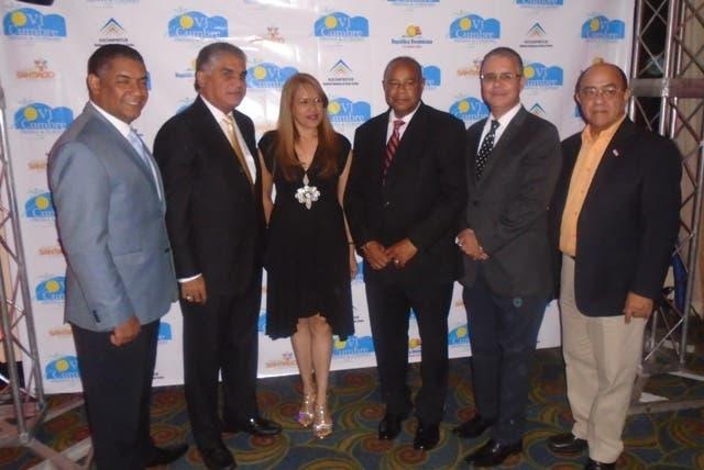 Fausto Fernández junto a directivos de Adompretur y representantes del sector hotelero de Santiago1
