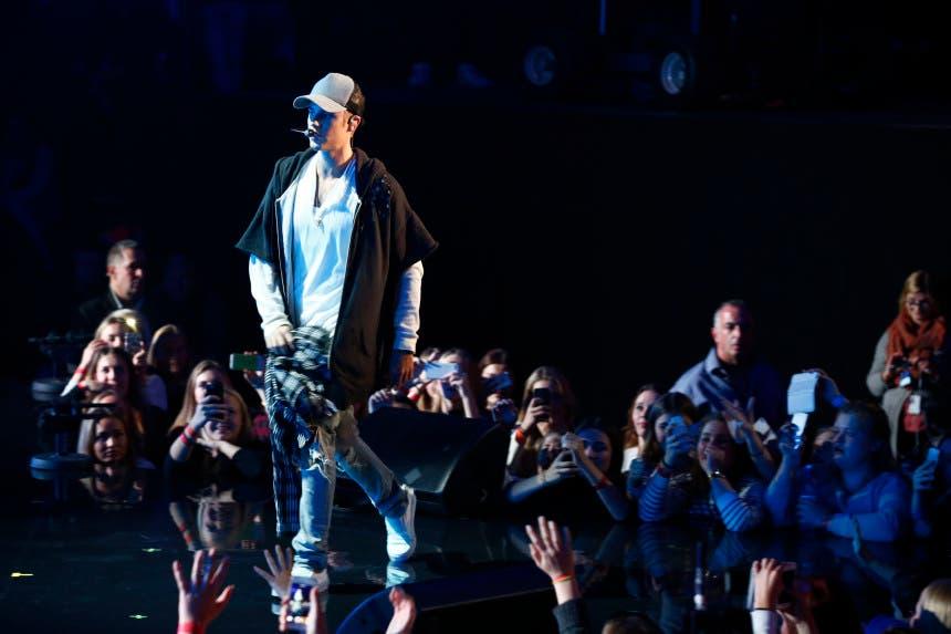 El cantante Justin Bieber en un momento de su actuación en Oslo, el 29 de octubre de 2015. Bieber dijo que canceló el espectáculo tras interpretar solo un tema porque sus fans se interpusieron en su camino cuando intentaba limpiar un líquido del escenario. (Heiko Junge, NTB scanpix via AP) NORWAY OUT