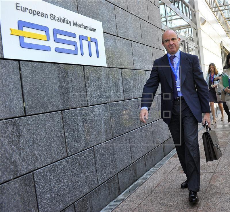 El ministro de Economía y Competitividad, Luis de Guindos, a su llegada a la sede del Mecanismo Europeo de Estabilidad (MEDE) para asistir a una reunión del Eurogrupo, en Luxemburgo. EFE/Archivo