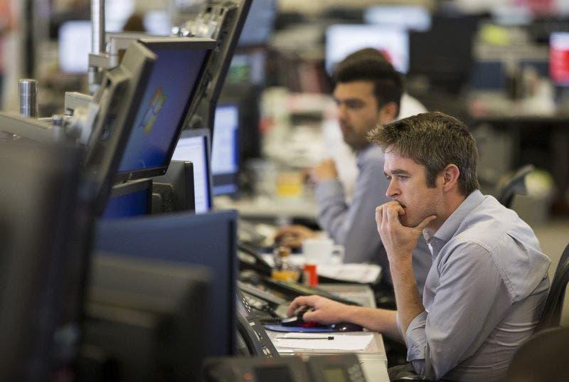 Dealer al lavoro a Londra.  REUTERS/Neil Hall