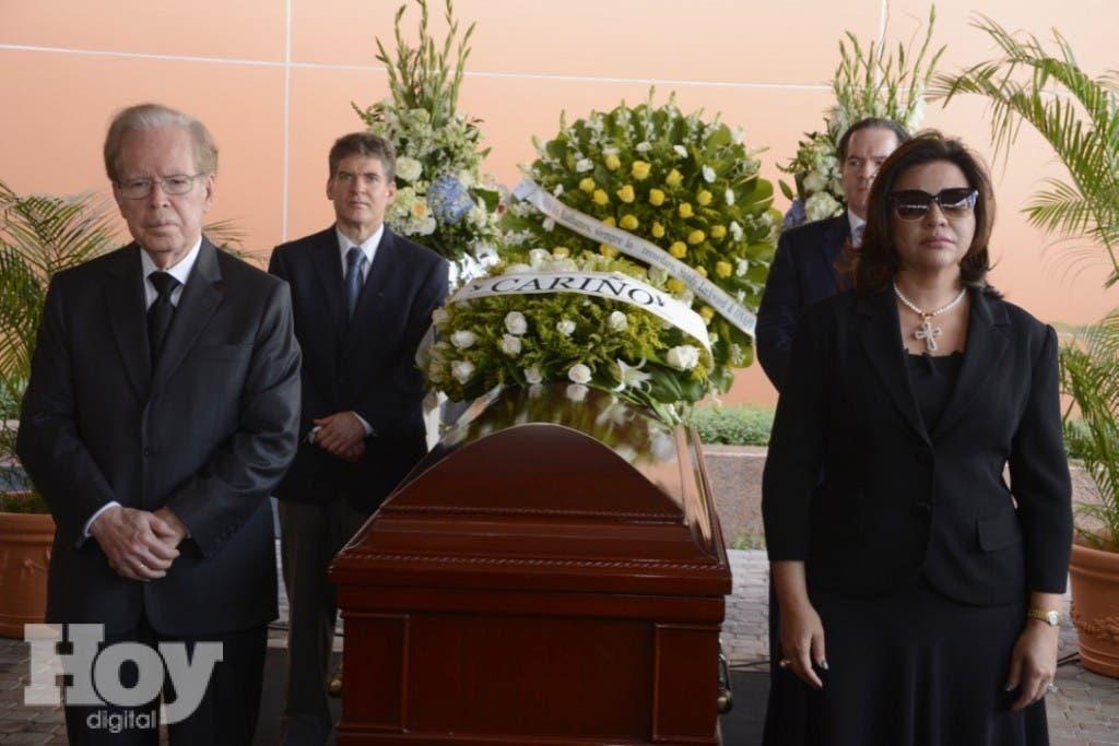 Personalidades hacen guardia de honor ante el cuerpo de Don Radhamés Gómez Pepín, en las instalaciones del diario El Nacional, Hoy y El Día. Hoy/Arismendy Lora
