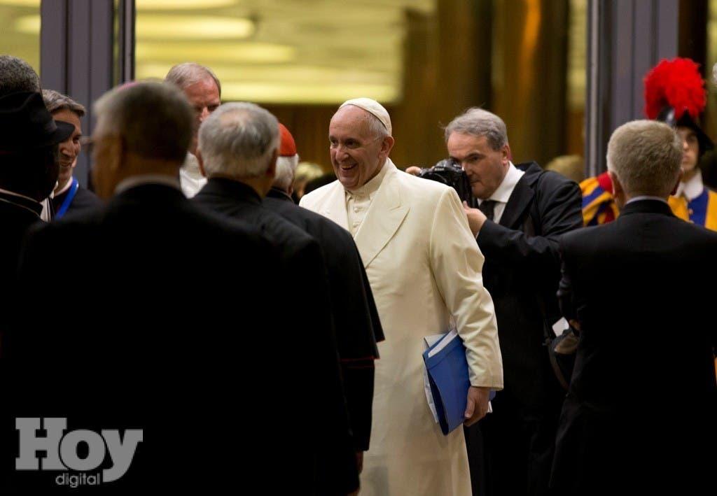 El papa Francisco parte al concluir un sínodo de obispos el sábado 24 de octubre de 2015, en el Vaticano. (Foto AP/Alessandra Tarantino)