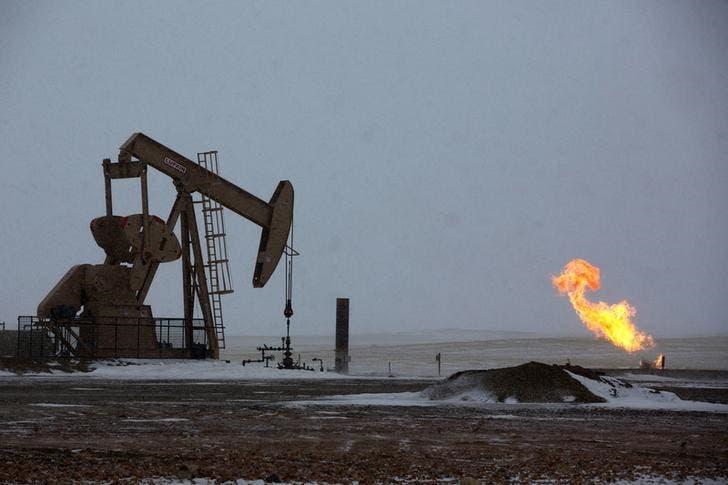 Нефтяной станок-качалка в окрестностях города Уиллистон, Северная Дакота, 11 марта 2013 года. Цены на нефть растут за счет снижения процентных ставок в Китае и ожиданий, что ОПЕК решит снизить добычу на совещании в четверг. REUTERS/Shannon Stapleton