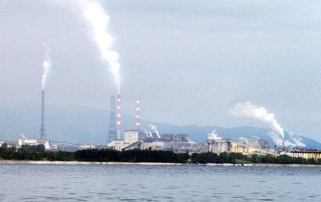 View of the Baikalsk cellulose plant near the Siberian town of Baikalsk, 11 August 2003. The World Bank is to hand a cellulose plant on Russia's Lake Baikal, the world's largest reserve of fresh water, a 22.4-million-dollar (20-million-euro) loan to enable it to stop polluting the lake.  The Baikalsk cellulose plant, built in 1966, produced 187,000 tons of cellulose and 10,000 tons of paper last year, most of which is sold to China.   AFP PHOTO / AFP / STRINGER