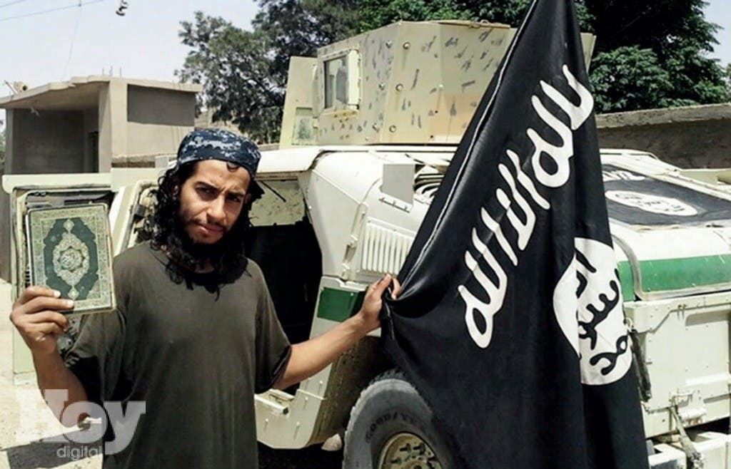 Esta foto sin fecha disponible en la revista en inglés del grupo extremista Estado Islámico, Dabiq, muestra a Abdelhamid Abaaoud. Abaaoud, que fue idenitificado por las autoridades francesas el 18 de noviembre del 2015 como supuesto arquitecto de los ataques mortíferos en París. (Militant Photo via AP)