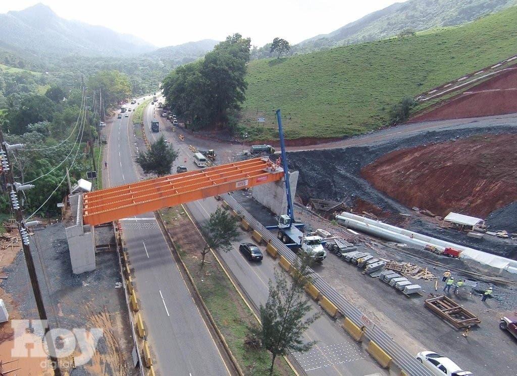 En la actualidad, la ejecución de la estructura en la autopista Duarte sobre el cruce de Piedra Blanca sobrepasa el 93 por ciento