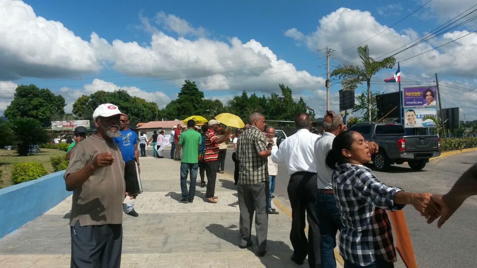 En San Cristóbal hicieron una cadena humana contra la corrupción. Fotos  cortesía de Hainan  Reynoso