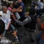 País/ Agentes del Orden Sacan a la fuerza a protestante de la OISOE. 24-11-15 Foto: José Adames Arias. Periodista: Emilio Guzman.