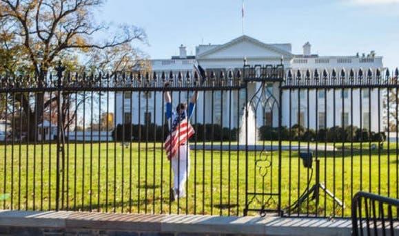 Hombre salta cerca Casa Blanca