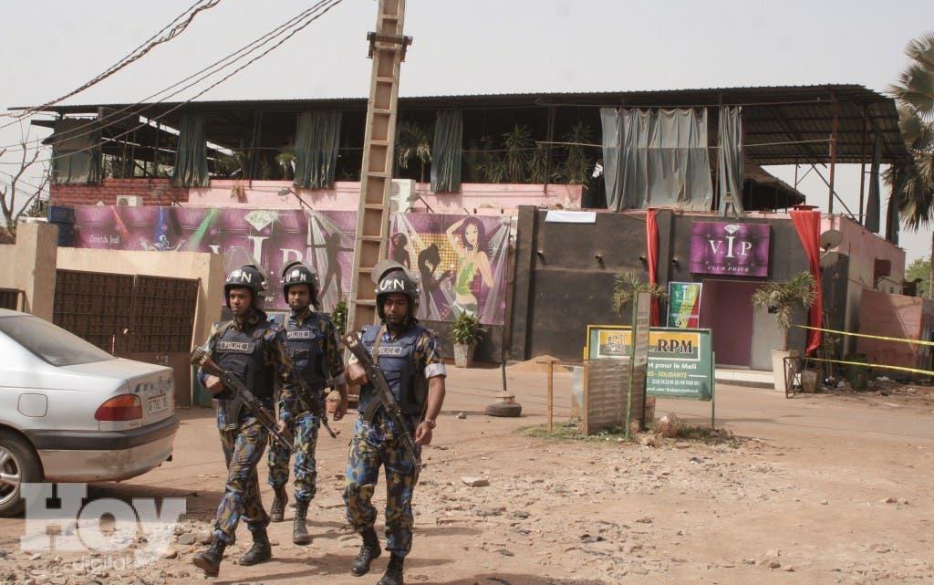 Tropas de la ONU vigilan el bar y restaurante de la ciudad de Bamako, Mali, que fue atacado el sábado 7 de marzo de 2015 por la madrugada por un hombre enmascarado, hecho en que murieron cinco personas.  (Foto AP/Harouna Traore)