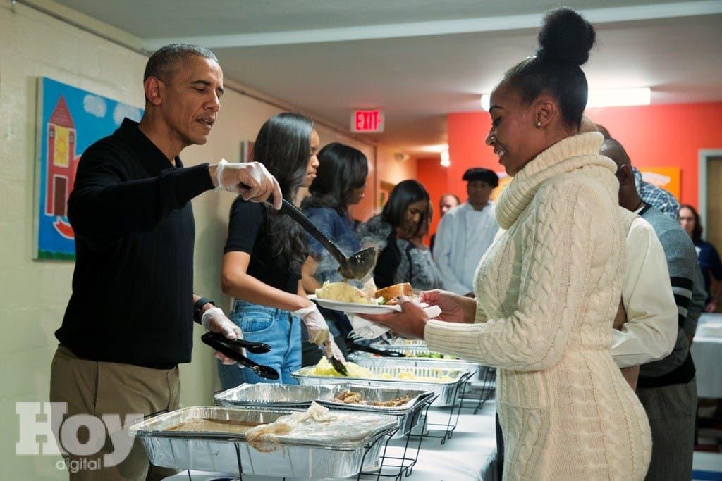 El presidente estadounidense Barack Obama, su hija Malia y la primera dama Michelle Obama sirven una cena de Acción de Gracias en un centro para desamparados en Washington el miércoles, 25 de noviembre del 2015. (Foto AP/Evan Vucci)