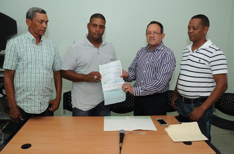 Agricultura entrega cheques para mejorar la producción arroz en La Vega