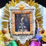 La imagen de la Virgen de la Altagracia representa el nacimiento del niño Jesús en el pesebre. En dicho cuadro se pone de manifiesto la maternidad de la  Virgen.