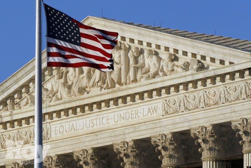 La bandera estadounidense ondea afuera de la Corte Suprema en Washington el 27 de junio de 2012. La Corte Suprema examina el lunes 15 de abril de 2013 si procede la concesión de patentes relacionadas con los genes. (AP Foto/Alex Brandon)