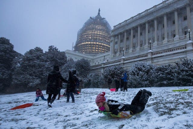JL11. Washington (United States), 22/01/2016.- People sled down a small hill by the U.S. Capitol as the first snow from a major blizzard hits Washington, DC, USA, 22 January 2016. Winter Storm Jonas is expected to dump more than two feet (61 centimeters) of snow in the Washington, DC region throughout the weekend. (Estados Unidos) EFE/EPA/JIM LO SCALZO