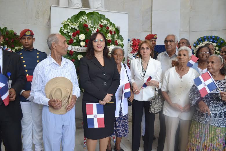 CONAPE deposita ofrenda floral en el Altar de la Patria