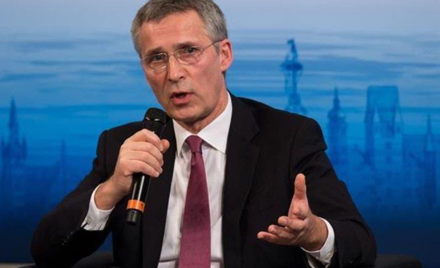 Stoltenberg prepara misión aliada para refugiados con comisario UE y Frontex