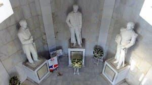 Club Rotario Santo Domingo MIRADOR realiza ofrenda floral en el Altar de la Patria