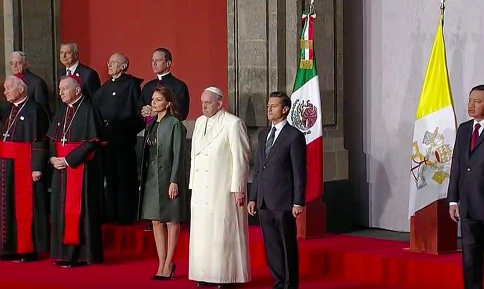 El papa Francisco llega al Palacio Nacional para la ceremonia de bienvenida