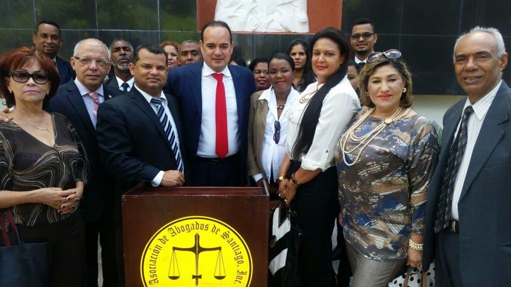 1 FOTO AL CENTRO MIGUEL SURUN HERNANDEZ, PTE. CARD Y MIEMBROS DEL GREMIO