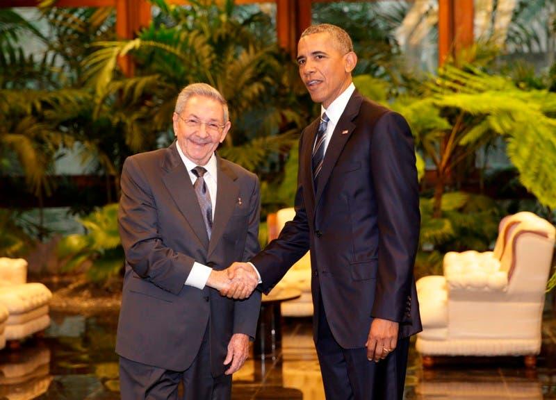 El presidente estadounidense, Barack Obama y su par cubano, Raúl Castro, se estrechan las manos en el Palacio de la Revolución del lunes 21 de de marzo de 2016, en La Habana. (Foto AP/Pablo Martinez Monsivais).