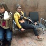 En esta imagen proporcionada por la televisora pública georgiana y fotografiada por Ketevan Kardava, dos mujeres heridas en el aeropuerto de Bruselas, en Bélgica, tras dos explosiones, el 22 de marzo de 2016. (Ketevan Kardava/ Georgian Public Broadcaster via AP)
