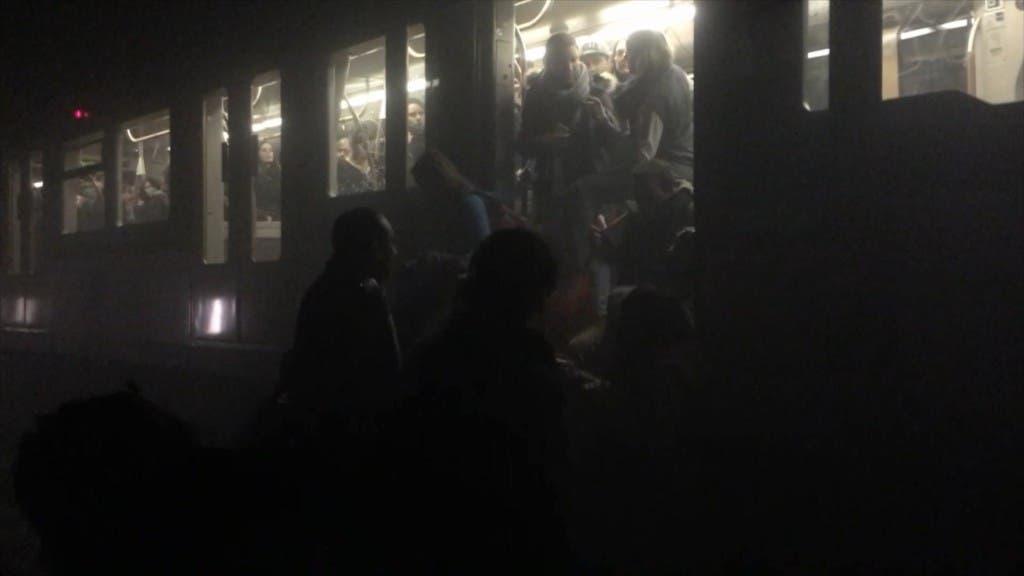 En esta foto proporcionada por Evan Lamos, pasajeros se suben a un vagón del metro después de explosiones en Bruselas el martes 22 de marzo de 2016. Bélgica está en su máxima alerta de seguridad, desviando aviones por aterrizar y trenes, y pidiendo a la gente que no se mueva de donde están. (Evan Lamos vía AP)