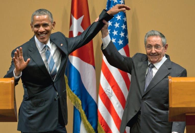 Barack Obama y Raul Castro le