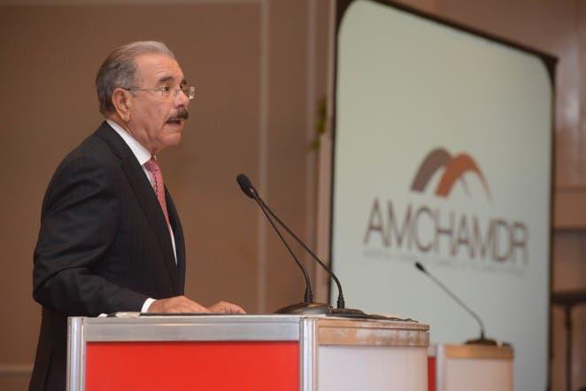 Danilo Medina en su calidad de candidato presidencial expone este miércoles en el Almuerzo de la Cámara Americana de Comercio.