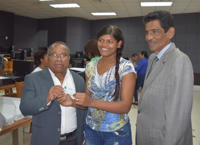 Estudiantes de la UASD Barahona reciben carnés de SeNasa