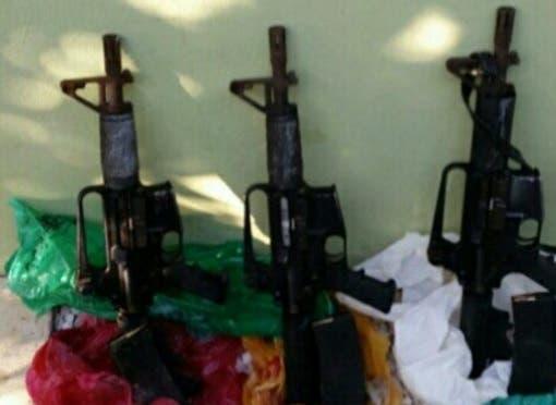 Encuentran cuatro fusiles y una escopeta en el patio de una casa en El Seibo