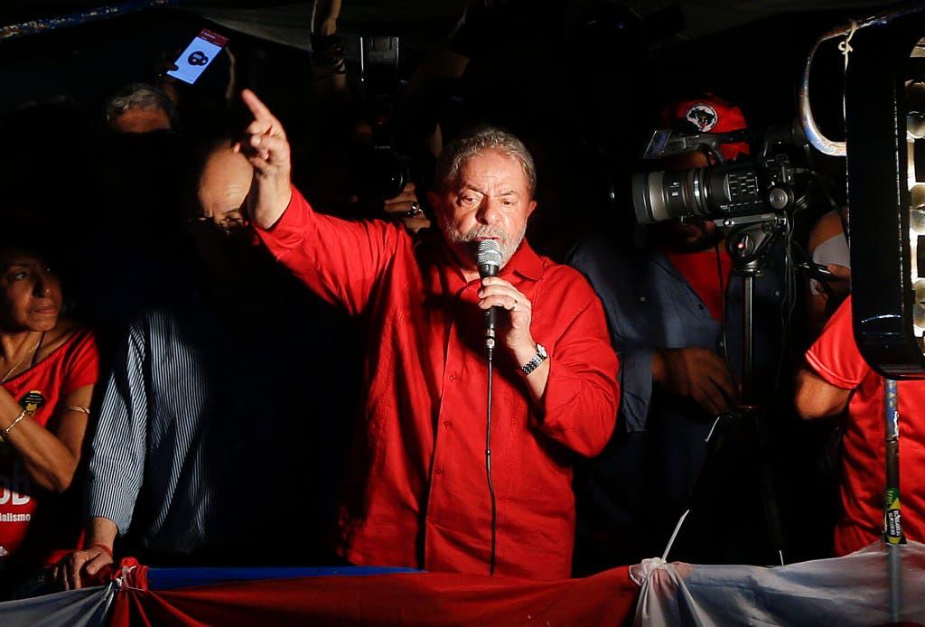 El expresidente brasileño Luiz Inácio Lula da Silva habla durante un mitin en su apoyo y de la presidenta Dilma Rousseff, en Sao Paulo, Brasil, el viernes 18 de marzo de 2016. Los partidarios de Lula, uno de los líderes políticos más famosos del mundo como presidente de Brasil de 2003 a 2010, se reunieron en mítines en diversas ciudades del país, en especial en el sur industrializado, donde el ex trabajador metalúrgico y sindicalista tiene su fortín político. (Foto AP/André Penner)