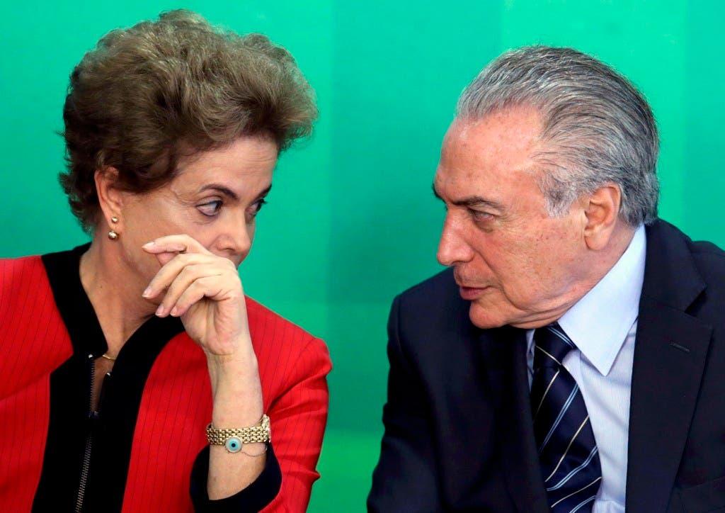 En esta imagen del 2 de marzo de 2016, la presidenta de Brasil, Dilma Rousseff, habla con su vicepresidente, Michel Temer, durante una reunión en el Palacio Presidencial Planalto, en Brasilia, Brasil. El Partido Movimiento Democrático (PMDB), del cual Temer es el líder, dijo el martes 29 de marzo de 2016, que sus miembros saldrán de la coalición gobernante de Rousseff. (Foto AP/Eraldo Peres, Archivo)