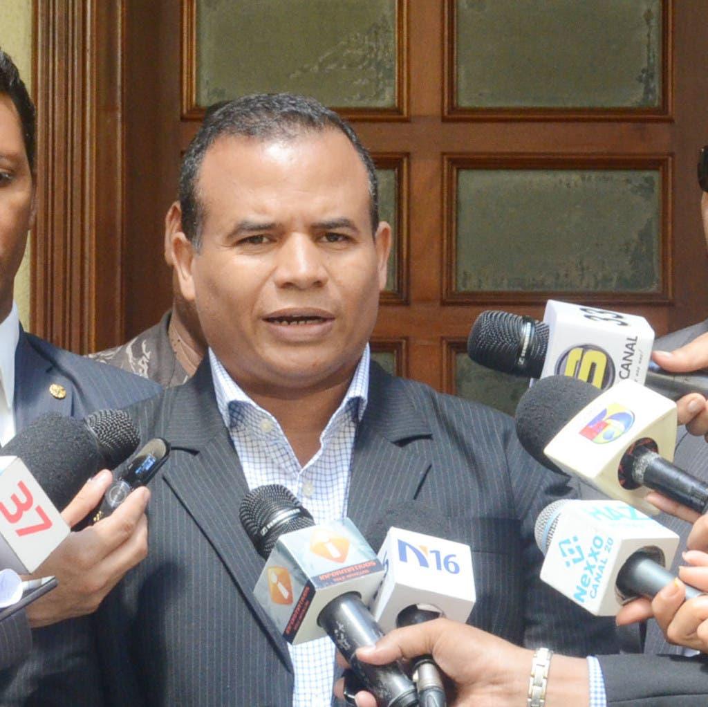 El dirigente político Eduardo Montás, a quien iba dirigida al agresión a tiros que terminó con la vida de Aquino Febrillet.