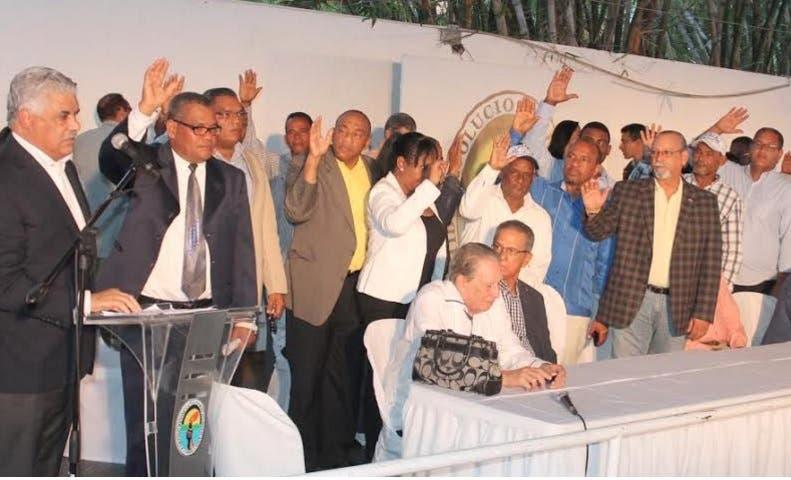 Miguel Vargas juramenta veintisiete dirigentes del PRM y uno del PRSD