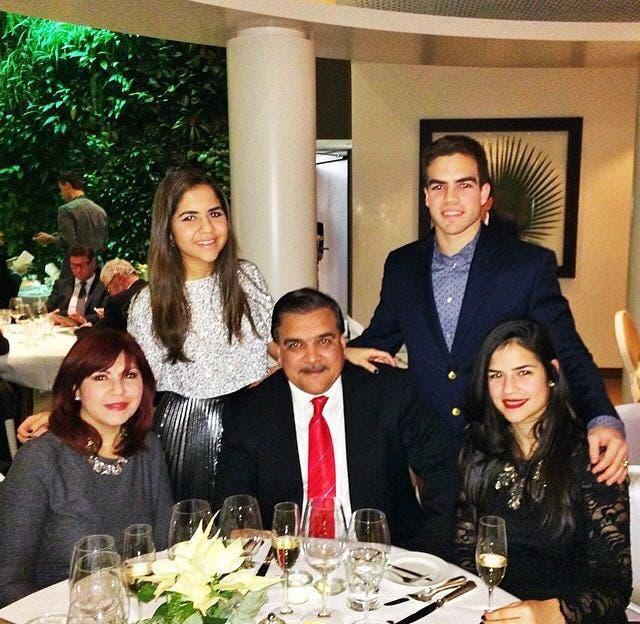 Angie Romero, esposa de Elías Wessin Chávez, y sus hijos