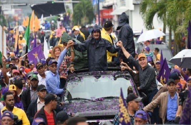 Danilo Medina bajo lluvias