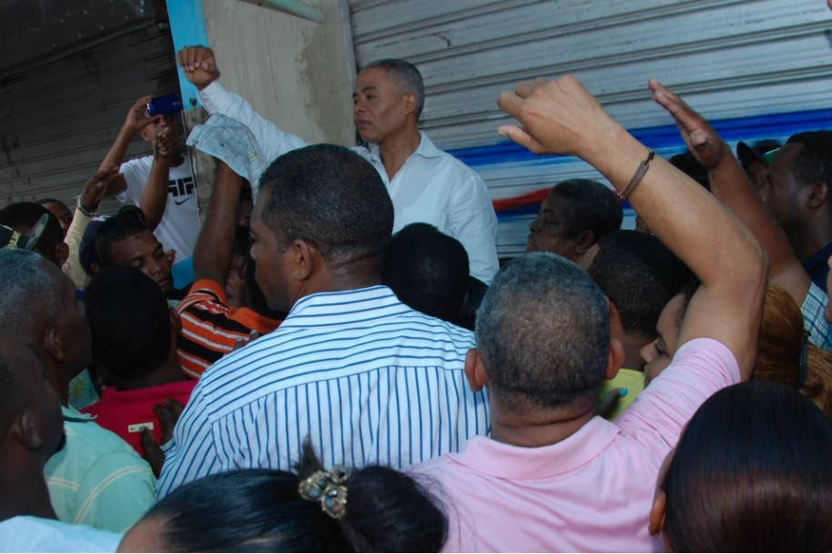 Alcalde Francisco Fernández levante la mano frente a sus seguidores.